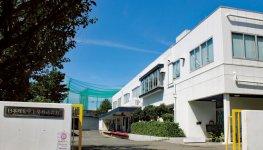 全国初の心身障がい者多数雇用モデル工場として完成した川崎工場は、今も視察、見学に多くの人が訪れる
