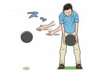 ①3kgほどのメディシンボールを持って、アドレスの状態から体の右に向かって投げることで、体幹部を使う感覚が身に付く *左利きの場合は左へ投げる