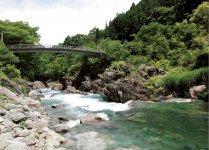 約1.5kmにわたる、巨岩・奇岩と渓流が織りなす名勝「三波石峡」