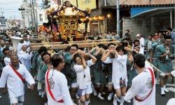 三井越後屋(現、三越伊勢丹)は絹市での繁盛に感謝して諏訪神社に「神輿(みこし)」を奉納している