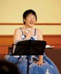 歌声を披露する青野浩美さん