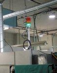 機械設備の稼働状況は三色灯に取り付けたセンサーで収集する。センサーは後付けのため三色灯さえあれば旧型の機械にも対応する