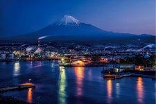 富士山を背景とする田子の浦港の夜景