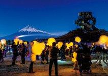 ランタンを空に浮かべるイベント「富士スカイランタン紙ほたる」