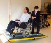 車椅子を使った介護を学ぶ