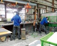 工場で日本人従業員と一緒に黙々と作業する外国人従業員たち