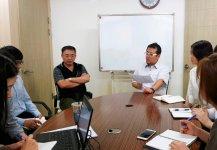 韓国支社での勉強会の様子。本社の新(しん)武浩専務が教育係も担当