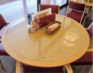 「アルマジロ」を天板に使ったテーブル。見た目だけでなく強さも兼ね備えている