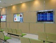 秋田空港の出発ロビーの壁全面に採用された「アルマジロ」。よく見ると5種類の編み方が組み合わされている