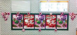 東武宇都宮駅の特設看板をユリのブーケが飾った