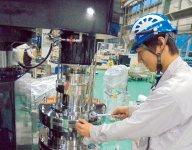 製造現場では、部品を手作業で組み立てて1台の機械へとつくり上げていく