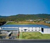 天井には遮熱工法を施し職場環境に配慮した本社工場と事務所。大規模な出荷センターを併設し、万全の物流システムを構築している