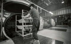 バルカナイズ製法では、専用の釜で靴に熱と圧力をかける。これによりゴムソールとアッパーがしっかり接合し、弾力のあるソールが生まれる