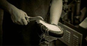 「吊り込み」という作業では、職人が革の縮み具合を見極めながら、足型に沿わせてアッパーを成型していく