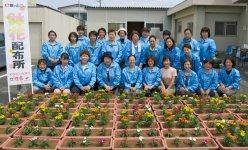 色とりどりの花を植えた参加メンバー