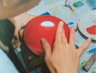 塗った朱漆が乾かないうちに指先で模様をつけていく