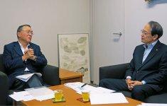 日本商工会議所の石田徹専務理事と対談する宮沢洋一税制調査会長(左)