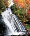 紅葉の三段の滝/恵庭渓谷を割るように白い帯が三段になって流れ落ちることから命名された滝