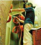 カチオン電着塗装後の処理作業に当たる70歳の女性パートタイマー