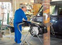 知識と経験を生かして自動車整備に当たる従業員
