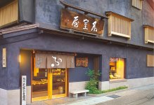 尾張町店本店はいつの年も変わらず、金沢のまちを見守っている