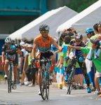 日本トライアスロン発祥の地・米子市。その歴史は、およそ40年前、皆生温泉海岸を舞台に、わずか53人の選手の力強い泳ぎで幕を開けた。皆生の紺碧の海を泳ぐスイム、大山山麓の豊かな自然を駆けるバイク、弓ヶ浜半島の白砂青松を走るラン、そして毎年4000人を超えるボランティアの熱い声援が自慢