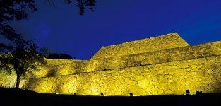 期間限定でライトアップされる米子城跡。戦国時代後期からの石垣の姿を今に残す