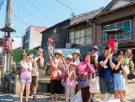 加茂川に沿って建立されているお地蔵さんとクルーズ客船で訪れたインバウンド客