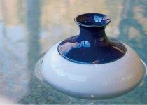 水に浮かぶ真空二層構造の徳利。COGAMO 5400円(杯2個セット・税込)