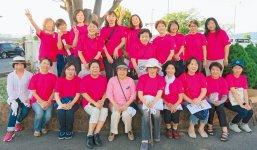 そろいのピンクのTシャツで女性会をアピール