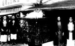 昭和初期のころ、おみこしの修復が完成したのを記念して撮影。写真右から2番目が当時の店主