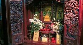 このように精細な彫刻の仏壇をつくれる職人が減っているという