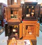 展示室には数百万円から1千万円を超える仏壇がずらりと並ぶ