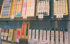 仏壇以外の仏具のほかに、20本入りで3万円以上の高級なお線香も