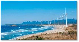 真っ青な日本海に面した砂浜に立ち並ぶ真っ白な風力発電用の風車