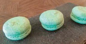 わさび色が日本風なマカロン(上、ゴリール)とフルーツなどの甘さとヨシの緑の香りが好相性のフルーツサンド(ラフィネカフェ)
