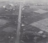昭和時代初期のころの糸柳(写真下部)。汽車の音が聞こえると、駅まで走って客を迎えた