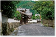 歴史と文学のみち:佐伯市大手前から毛利家の菩提寺である養賢寺までの、山際通りを含むおよそ700mのみち。昭和61年「日本の道100選」に選定