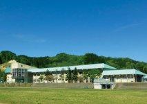 小学校の旧校舎を活用して2017年4月に開設した西目屋工場。ヨーロッパ向け大型ランプシェードの製造拠点であり、JR東日本の豪華クルーズトレイン「四季島」の立ち寄りスポットとして話題に
