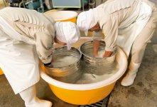 日本酒の原料となる米は洗ってぬかを落とし、水にひたしていく