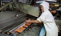 「たけのこキムチ」の真空パック工程。小分けされたタケノコは丁寧に袋詰めされて商品として出荷されていく