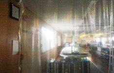 部屋の間はビニールカーテンで仕切り、室内の熱が逃げるのを防ぐ