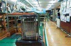 製造現場の暖房はこのストーブ一つ。空気を効率的に循環させているので、それでも十分に暖かい