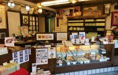 湯沢屋の店内。物珍しさに外国人観光客が写真を撮っていくことも