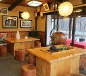 店舗の横にある「湯沢屋 茶寮」では、酒まんじゅうと抹茶のセットなどを出している