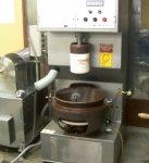 おかきの製造工程。まず蒸したもち米をつき、冷却したのちカットする。乾燥機に入れて水分を取り除き、煎機で焼いてから、同社独自技術の定着液を噴射して味付けをする