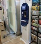 アクアコインにチャージするために購入するプリペイドカード販売機。駅前の観光案内所などに設置=木更津商工会議所