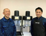 社内のシステム開発を担当する一方、新製品のかき氷機を開発した総務部の小林準一部長(右)と樋山智明課長(左)