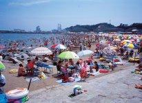 昨年夏に再オープンした原釜尾浜海水浴場は遠浅の海としても知られる(写真は震災前のもの)