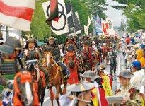 野馬追のハイライトは、2日目に約五百騎の騎馬武者が祭場地を目指す「お行列」から始まる